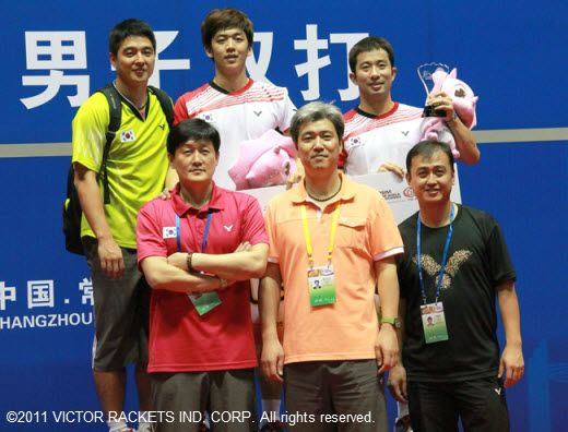 Lee Yong Dae (back center) and /Jung Jae Sung (back right) happily photographed with their coaches after their victory